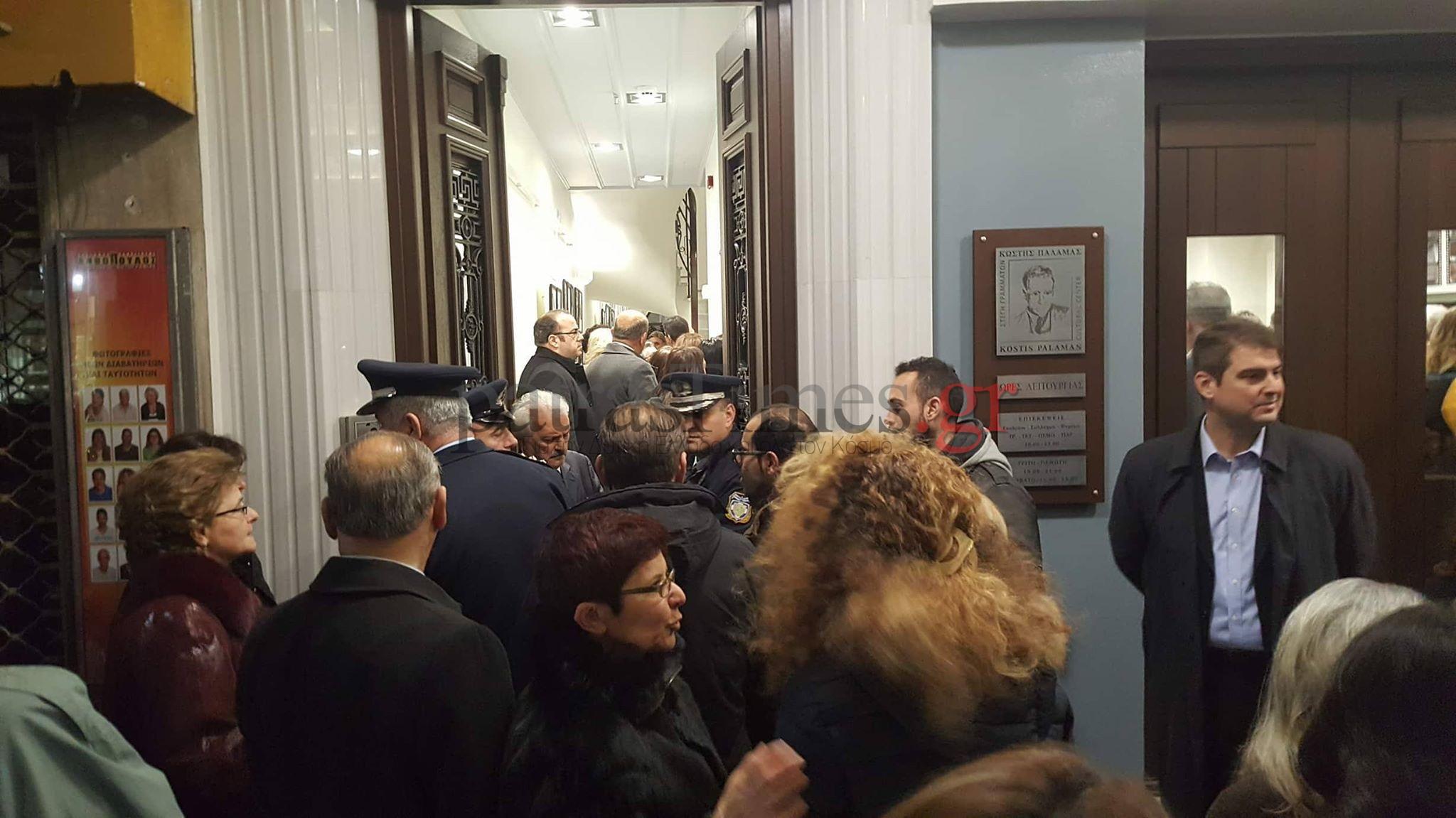 Πάτρα:Δεν άφησαν βουλευτές, πολιτευτές και δημοσιογράφους να μπουν στο σπίτι του Παλαμά