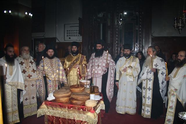 Πλήθος πιστών καθημερινά στον Ιερό Ναό Aγίας Τριάδος Αγρινίου  για να προσκυνήσουν τα  Λείψανα των Αγίων  Ραφαήλ, Νικολάου και Ειρήνης