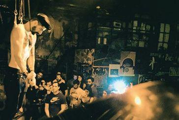 Παράσταση-σοκ στο κέντρο της Αθήνας με μάγο που κρεμάστηκε