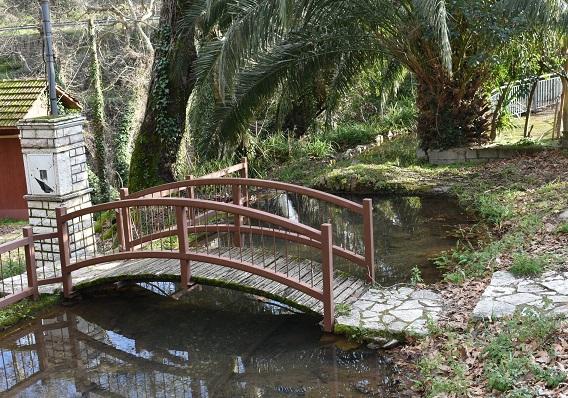Τα δυο γεφυράκια του μυλαύλακου της Αγίας Σοφίας, το παλιό πέτρινο (πίσω) και το σύγχρονο μπροστά, δίπλα στον Χώρο Δασικής Αναψυχής στις Πηγές της Αγίας Σοφίας Θέρμου