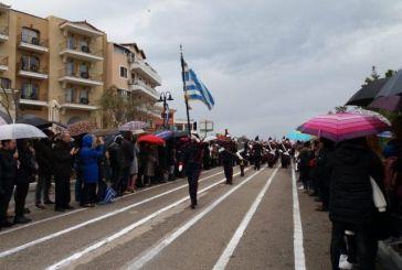 Υπό βροχή και παρατράγουδα η παρέλαση στη Λευκάδα
