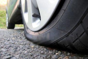 Καλύβια: Δολιοφθορά στα λάστιχα παρκαρισμένου οχήματος