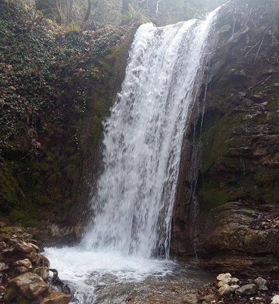 Ο μικρός καταρράκτης στο ρέμα του Κεφαλόβρυσου λίγο πριν τη συμβολή του με το ρέμα του Νεροχωρίου, εκεί όπου σχηματίζεται το Κοσκινόρεμα, μια συνηθισμένη χειμωνιάτικη μέρα.