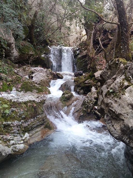 Ο μικρός καταρράκτης στο ρέμα του Νεροχωρίου λίγο πριν τη συμβολή του με το ρέμα του Κεφαλόβρυσου, εκεί όπου σχηματίζεται το Κοσκινόρεμα, μια συνηθισμένη χειμωνιάτικη μέρα.
