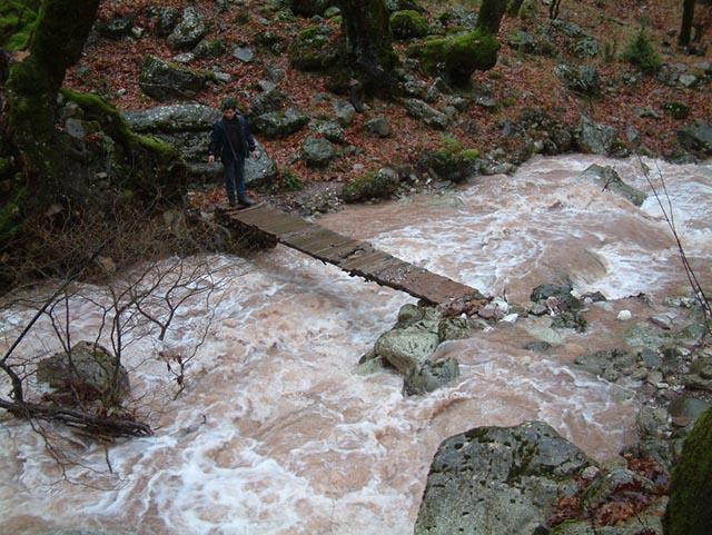 Το Πάνω Ξυλογέφυρο της Κοσκινάς σε μετά τη μεγάλη πλημμύρα και ο κατασκευαστής του στην ανατολική όχθη.
