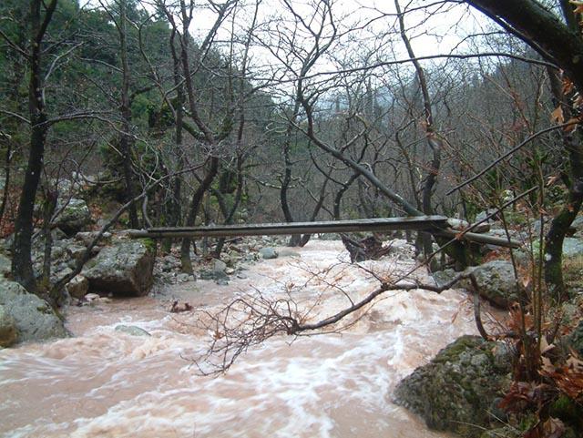 Το Κάτω Ξυλογέφυρο της Κοσκινάς σε ώρα πλημμύρας.