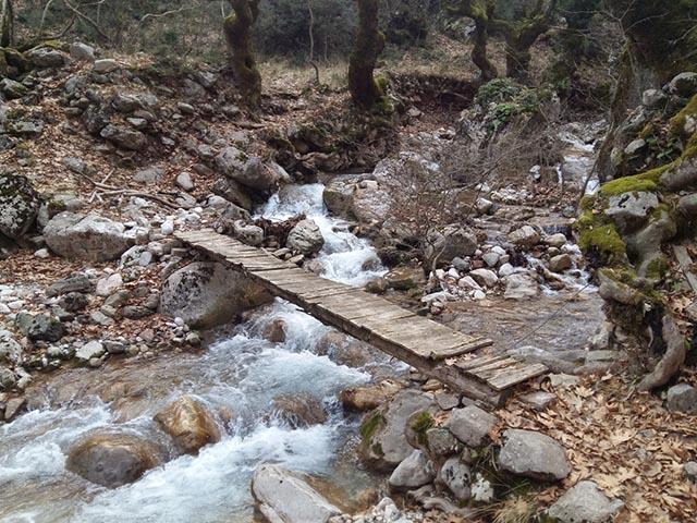 Το Πάνω Ξυλογέφυρο της Κοσκινάς μια συνηθισμένη χειμωνιάτικη μέρα, όπως φαίνεται από την ανατολική όχθη.
