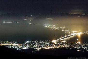 Μαγευτική  εικόνα με  τη γέφυρα Ρίου-Αντιρρίου και τον έναστρο ουρανό