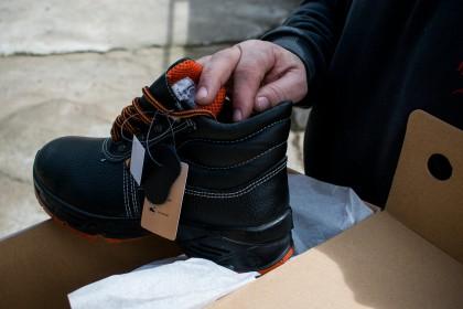 Ο ίδιος θυμάται μέχρι και παιδί να πετά τα παλιά του παπούτσια στα κεραμίδια για να αναγκάσει τη μητέρα του να του πάρει καινούργια. Φωτο: Άκης Κατσούδας/LIFO