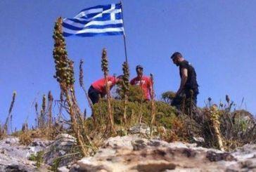 Οι φωτογραφίες με τους νεαρούς να υψώνουν την ελληνική σημαία στη νησίδα Ανθρωποφάγοι