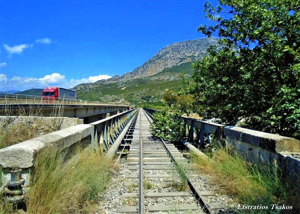 Η παλαιά σιδηροδρομική γέφυρα στον ποταμό Εύηνο
