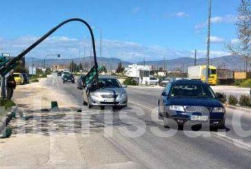Απίστευτο περιστατικό στη Λάρισα: Περίμενε να ανάψει πράσινο και έπεσε πάνω του το φανάρι!