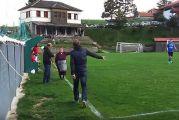 Μέτσοβο: Εισβολή γιαγιάς σε γήπεδο, γιατί την ενοχλούσε η φασαρία (βίντεο)
