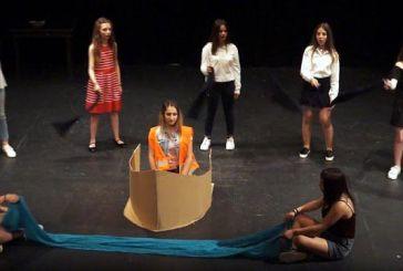 Εντυπωσίασε η θεατρική ομάδα του Γυμνασίου Μοναστηρακίου στο Μαθητικό Φεστιβάλ Αγρινίου