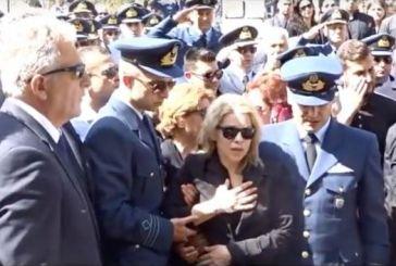 Συγκλονιστικός αποχαιρετισμός της χήρας του ήρωα Σμηναγού: Ύστατο χαίρε ψάλλοντας τον Εθνικό Ύμνο