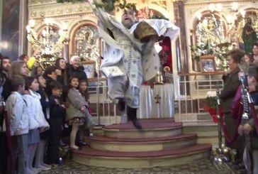 Ο «ιπτάμενος» παπάς της Χίου κλέβει την παράσταση σε διεθνή ΜΜΕ (video)