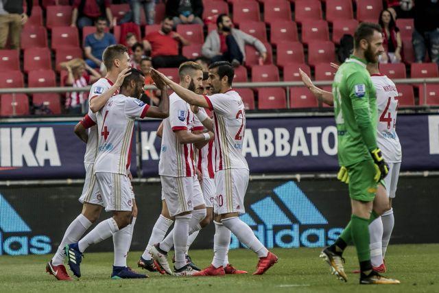 """Ο παίκτης του Ολυμπιακού Ρομάο πετυχαίνει το 1-0 και πανηγυρίζει, κατά τη διάρκεια του αγώνα Ολυμπιακός-Παναιτωλικός για την 29η αγωνιστική του πρωταθλήματος της Σούπερ Λίγκα, στο Γήπεδο """"Γ.Καραϊσκάκης"""", την Κυριακή 29 Απριλίου 2018. ΑΠΕ-ΜΠΕ/ΑΠΕ-ΜΠΕ/ΠΑΝΑΓΙΩΤΗΣ ΜΟΣΧΑΝΔΡΕΟΥ"""