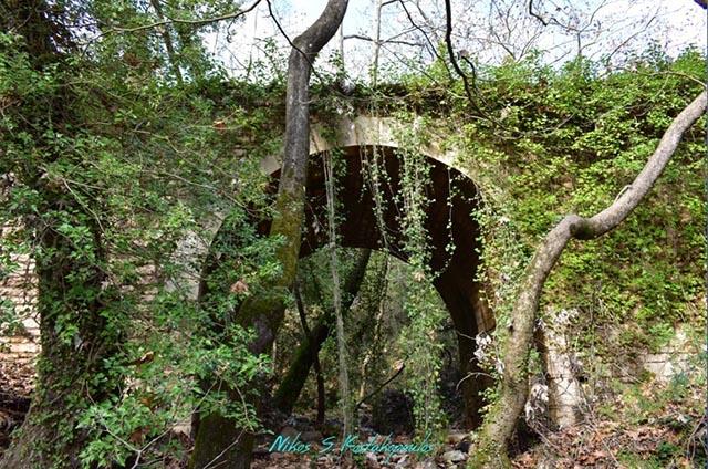 Το πέτρινο γεφύρι κοντά στο Μοναστήρι της Μυρτιάς με εμφανή τα σημάδια της παραμέλησης