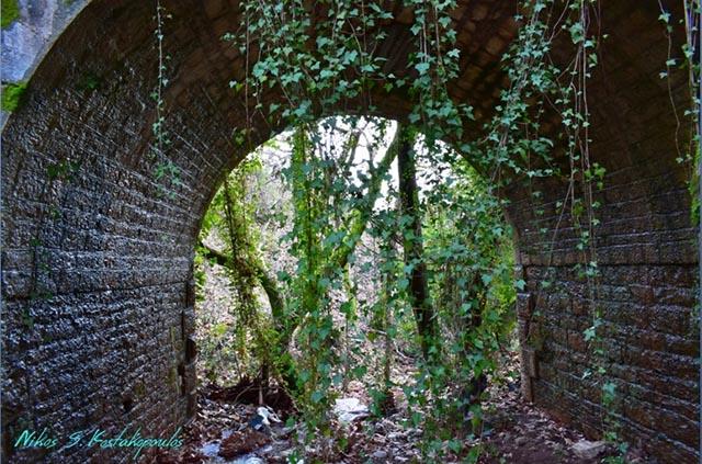 Ο θόλος του πέτρινου γεφυριού στο Μοναστήρι της Μυρτιάς