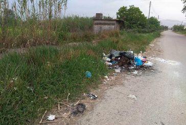 «Σκουπιδότοπος» στο δρόμο μετά την αρδευτική διώρυγα στη Λεύκα Αγρινίου (φωτο)