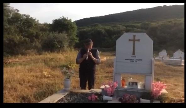O Ξηρομερίτης που παίζει φλογέρα πάνω από τους τάφους! (βίντεο)