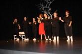 Kερδίζει τις εντυπώσεις η παράσταση «Περιμένοντας τον Γκοντό» της Θεατρικής Ομάδας Καλυβίων