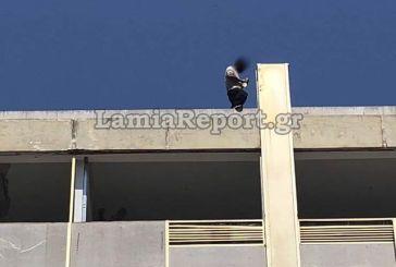 Συγκλονιστικό βίντεο! Αστυνομικός πιάνει στον αέρα άνδρα πριν πέσει στο κενό! (video)