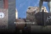 Η Ναύπακτος στο έλεος των ανεγκέφαλων – Έβαψαν με σπρέι μνημεία της πόλης (video)