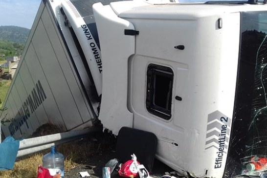 Δείτε εικόνες από την ανατροπή νταλίκας με Τούρκο οδηγό στην Ιόνια Οδό-Μετέφερε φάρμακα
