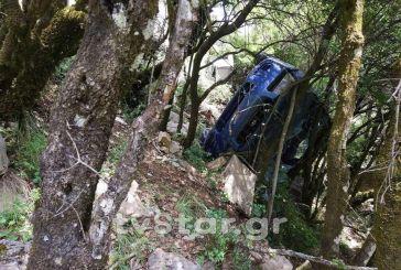 ΙΧ κατρακύλησε σε γκρεμό στον Προυσό- Επιχείρηση απεγκλωβισμού της οδηγού (φωτο)
