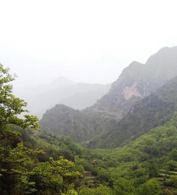 Πανοραμική εικόνα του κάτω μέρους της Κοιλάδας των Νεράιδων υπό βροχή το καλοκαίρι