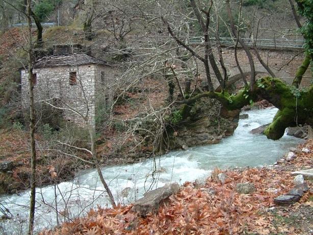 Το πέτρινο γεφύρι και ο νερόμυλος στη Διποταμιά Γιδομανδρίτη