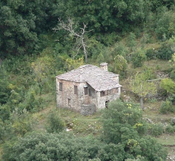 Το σπίτι του δάσους στον εγκαταλειμμένο συνοικισμό Λημέρια στην Κοιλάδα των Νεράιδων