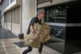 Η γνωστή ακτιβίστρια από το Μεσολόγγι πέταξε… σανό στα γραφεία των ΑΝΕΛ