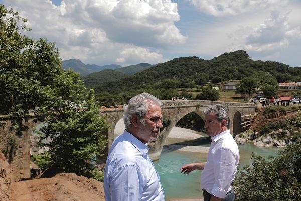 ο Επίτροπος και οι ευρωβουλευτές επισκέφτηκαν τη γέφυρα Αυλακίου-Καταφυλλίου, ένα από τα θαυμάσια πολιτιστικά μνημεία της Κοιλάδας του Αχελώου