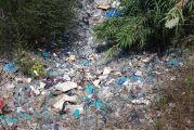 Πλαστικά μπουκάλια σε χωματερή, δίπλα στον Αχελώο