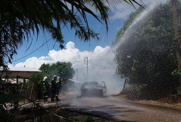 Κάηκε ολοσχερώς αυτοκίνητο στα Καλύβια (φωτό)