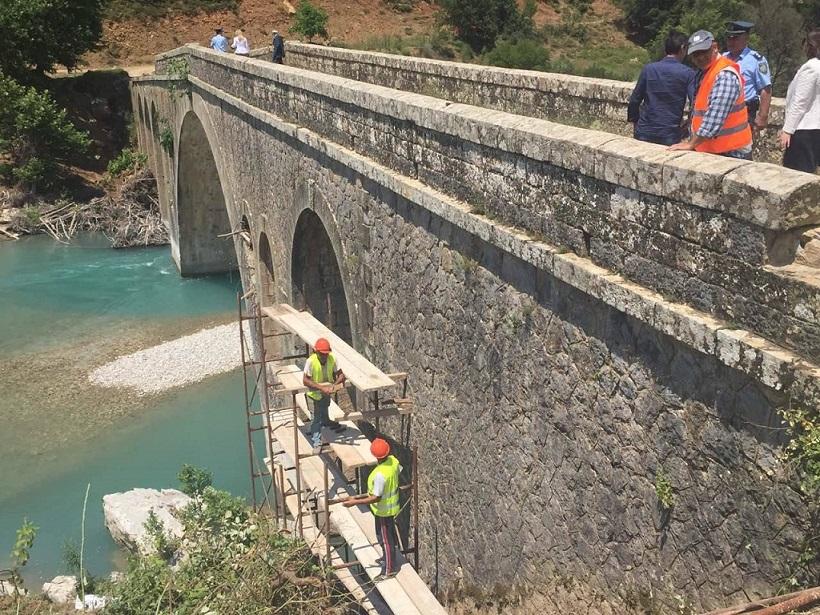 Ενημέρωση για τα έργα που έχουν ξεκινήσει για την αποκατάσταση του γεφυριού του Αυλακίου.