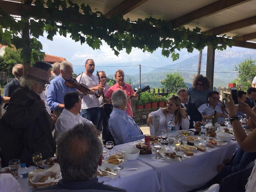 Η επίσκεψη έκλεισε με τραπέζι στην πλατεία στο Αυλάκι όπου όλοι απόλαυσαν την φιλοξενία των υπέροχων ανθρώπων της περιοχής.
