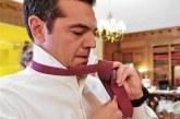 Βίντεο: Οι προετοιμασίες του Τσίπρα για τη γραβάτα