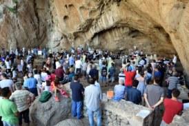 Πλήθος κόσμου στο σπήλαιο του Αγίου Νικολάου στη Βαράσοβα (Vid)