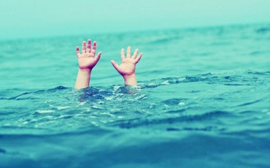 Αποτέλεσμα εικόνας για Παραλίγο τραγωδία στην Τουρλίδα… – Σώθηκε από πνιγμό 3χρονο παιδάκι