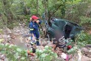 Αυτοκίνητο έπεσε σε γκρεμό στο δρόμο για Προυσσό – Επιχείρηση απεγκλωβισμού ζευγαριού (φωτο)