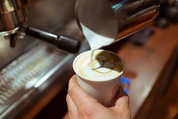 Τι (δεν) αλλάζει σε καφέ & αναψυκτικά με τη μείωση ΦΠΑ