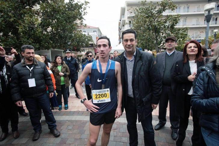 """Ο Κώστας Σταμούλης με τον δήμαρχο Αγρινίου μετά από την πρωτιά του στον Ημιμαραθώνιο """"Μιχάλης Κούσης"""""""