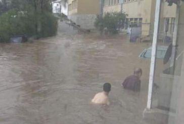 Εικόνα-σοκ: Πολίτες «κολυμπούν» στον προαύλιο χώρο του νοσοκομείου «Σωτηρία»