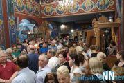 Πλήθος κόσμου έψαλλε τα εγκώμια και ακολούθησε τον Επιτάφιο της Παναγίας στο Αντίρριο (video)
