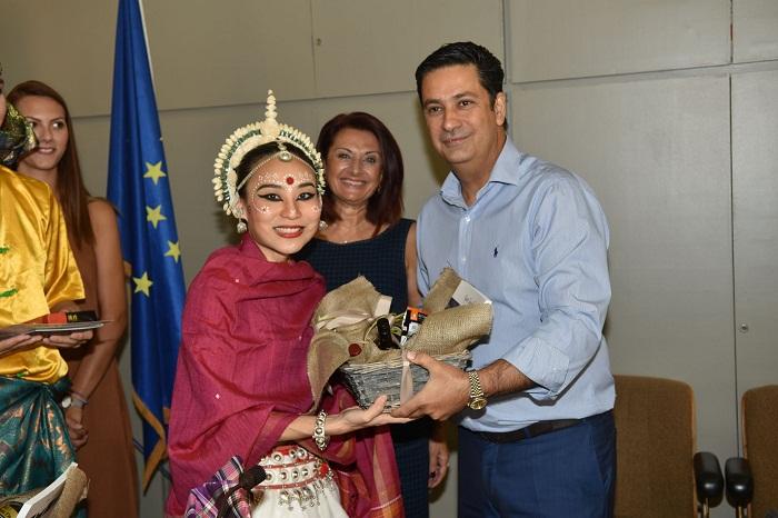 O δήμαρχος Αγρινίου υποδέχθηκε τους ξένους χορευτές
