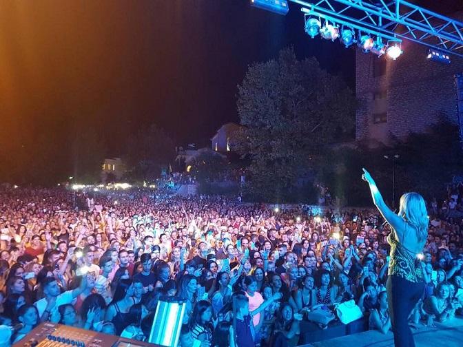 «Bούλιαξε» από κόσμο το Θέρμο για τη συναυλία της Νατάσας Θεοδωρίδου