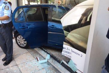 Στο κέντρο του Αγρινίου όχημα μπούκαρε σε ασφαλιστικό γραφείο μετά από τροχαίο